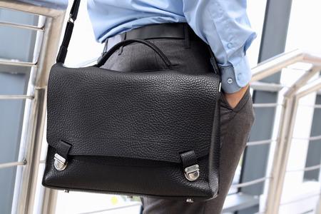 Geschäftsmann stehend und halten eine Aktentasche auf der Schulter Standard-Bild - 30221471