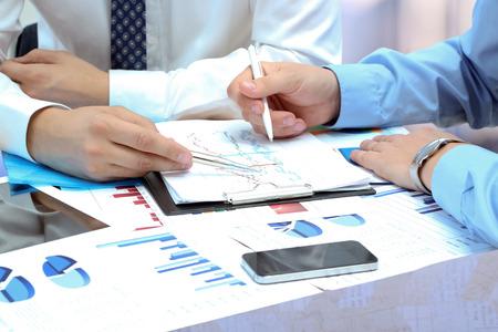 colaboracion: colegas de negocios trabajando juntos y analizar las cifras financieras en un gr�ficas