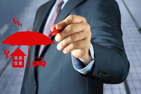 recursos financieros: Empresaria dibujo dibujo concepto de seguro por una pluma roja