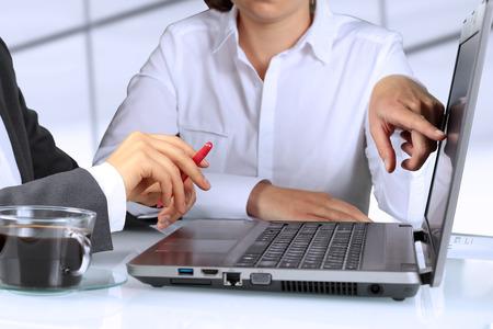 Geschäftskollegen und Analyse von Finanzkennzahlen Standard-Bild - 41235740