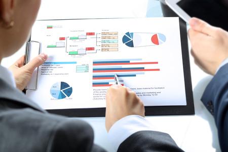De collega's werken en analyseren van financiële cijfers Stockfoto
