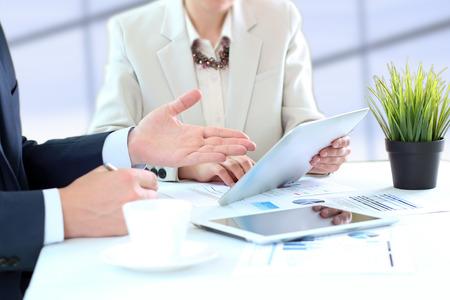 Bild von Geschäftspartnern diskutieren Dokumente und Ideen bei Treffen Standard-Bild - 41924403