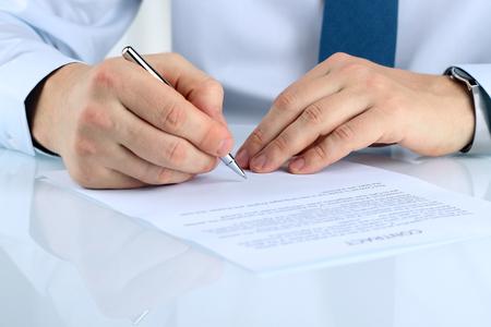contrato de trabajo: El hombre de negocios es la firma de un contrato, los detalles del contrato de negocios