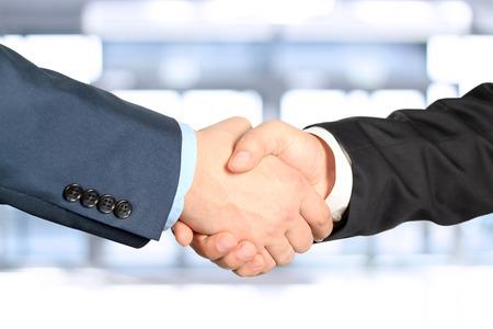 apreton de manos: Primer plano imagen de un firme apretón de manos entre dos colegas Foto de archivo