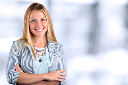 femmes souriantes: La Belle souriante portrait de femme d'affaires.