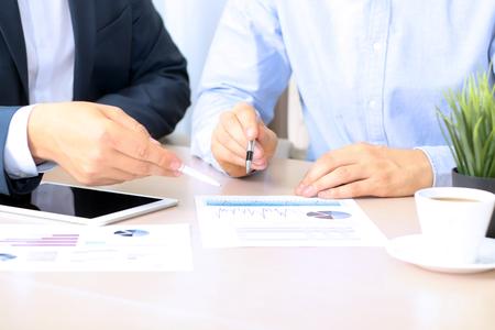ビジネス同僚の協力とグラフで財務情報を分析