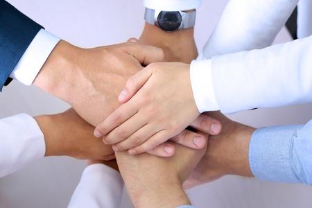 integridad: Primer plano de socios de trabajo haciendo montón de manos en la reunión Foto de archivo