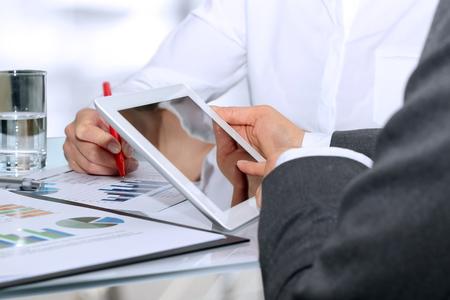 Business-Kollegen zusammenarbeiten und Analyse von Finanzdaten auf einem Graphen Standard-Bild - 46618767