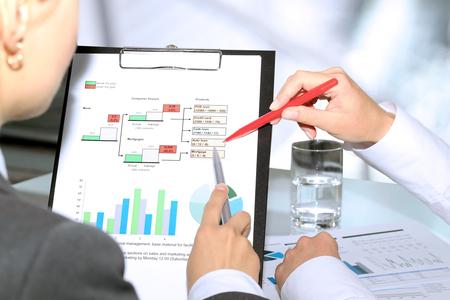 Geschäftskollegen und Analyse von Finanzdaten auf einem Graphen Standard-Bild - 46618771