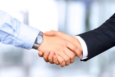 vers  ¶hnung: Close-up Bild von einem festen Händedruck zwischen zwei Kollegen