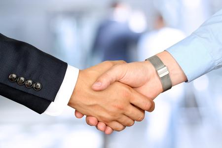 Close-up beeld van een stevige handdruk tussen twee collega's