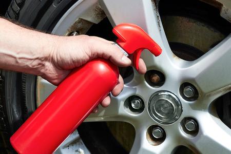 depilacion con cera: Mano aplicar rueda de coche polaco