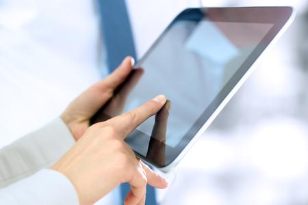 Business-Kollegen und Analyse von Finanzdaten an einer digitalen Tablette Standard-Bild - 46620344