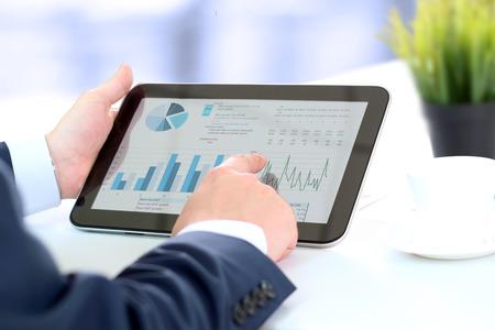 Kaufmann arbeitet mit digitalen Tablette Standard-Bild - 47595194