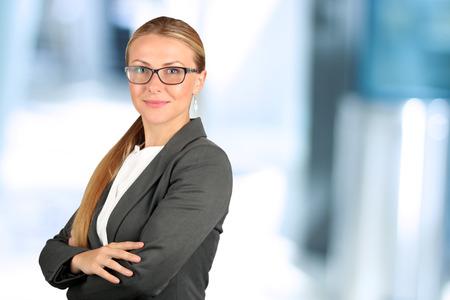 mujer trabajadora: El retrato de la mujer de negocios sonriente hermosa.
