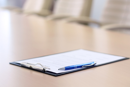 Nahaufnahme Stift auf dem Tisch in leeren Unternehmenskonferenzsaal vor Business-Meeting Standard-Bild - 51544891