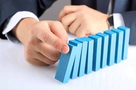 Planung, Risiko und Strategie im Geschäft, Geschäftsmann, der Holzklotz drückt Standard-Bild - 51544981