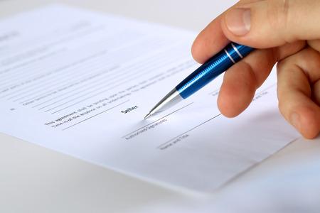 Geschäftsmann ist die Unterzeichnung eines Vertrages, Business Vertragsdetails Standard-Bild - 52006167