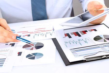 Close-up d'homme d'affaires Analyse Graphique Sur tablette numérique Banque d'images