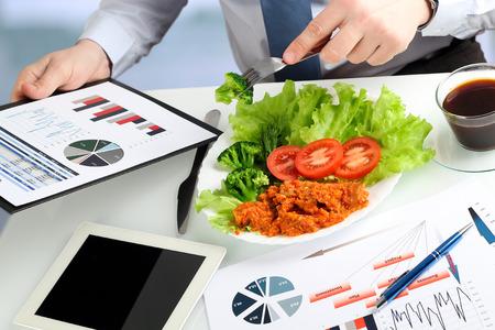 Close-up der Geschäftsmann auf Marketing-Strategie während des Business-Lunch zu arbeiten. Standard-Bild - 56197489