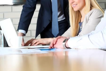 Business-Kollegen zusammenarbeiten und Analyse von Finanzdaten auf einem Laptop Standard-Bild - 56197522