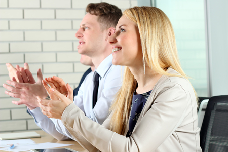 manos aplaudiendo: Close-up of business people clapping hands. Business seminar concept