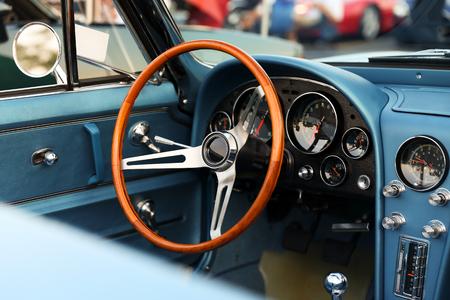 Klasyczny retro niebieski samochód. wnętrze samochodu Zdjęcie Seryjne - 64560134