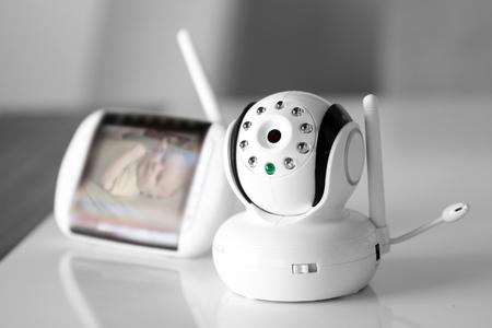 赤ちゃんのセキュリティ用にベビー モニターを閉じる 写真素材