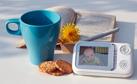 escuchar: El monitor del bebé de primer plano de la seguridad del bebé en la tabla Foto de archivo