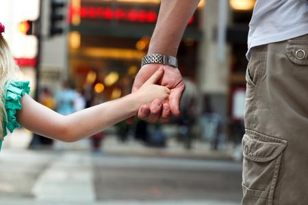 union familiar: padre de la celebración de la mano de la hija  hijo detrás de los semáforos