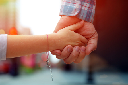 신호등 뒤 딸  자식 손을 잡고 아버지 스톡 콘텐츠