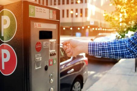 Mann bezahlt seinen Parkplatz mit Kreditkarte am Terminal der Parkkasse Standard-Bild