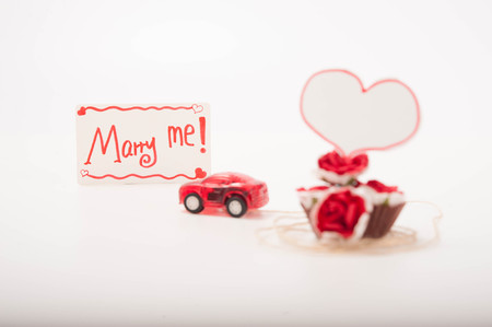"""pull toy: un coche de juguete de color rojo est� llevando a algunas rosas con una tarjeta que dec�a """"C�sate conmigo!"""""""