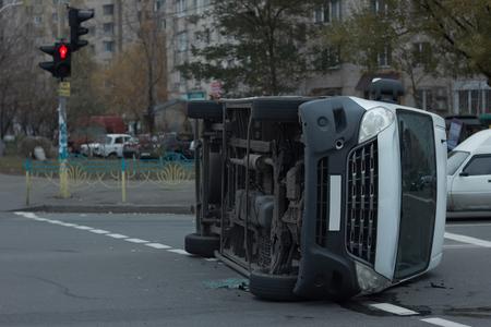 furgoneta blanca después de una colisión con otro coche giró en el cruce
