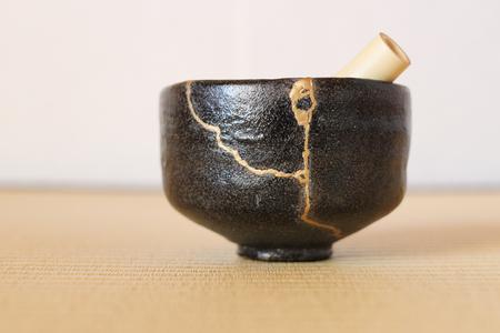 亀裂陶器茶カップと竹泡立て器水平修復します。