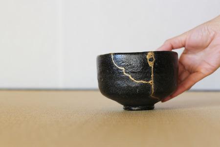 Serveren van een reparatie van crack pottery thee kop  horizontaal