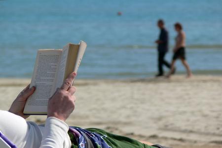 Leggere sulla spiaggia Archivio Fotografico - 88936296