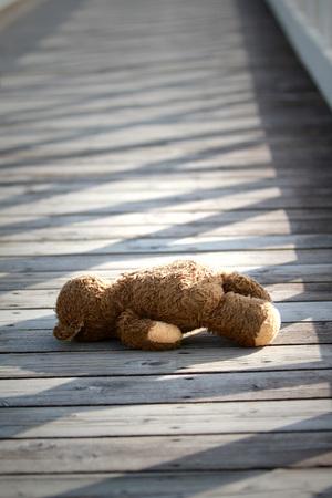 Teddybear abbandonato Archivio Fotografico - 89369662