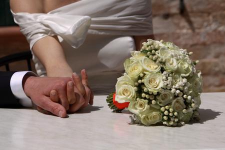 Dolce momento del giorno del matrimonio Archivio Fotografico - 89369663