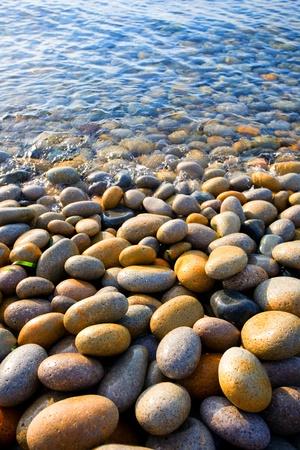 shingles: Incidente de ola de mar en las rocas costeras. Foto de archivo