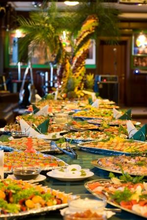 buffet: Geserveerd een levensmiddel in een restaurant tafel.