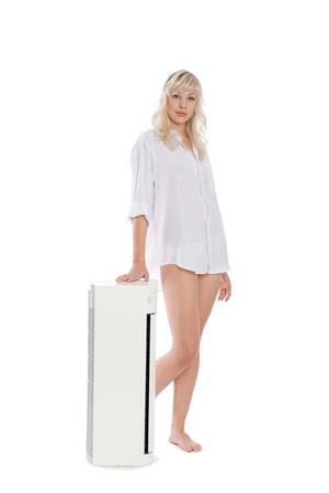 seminude: Bella ragazza con un nuovo modello per il condizionatore d'aria.