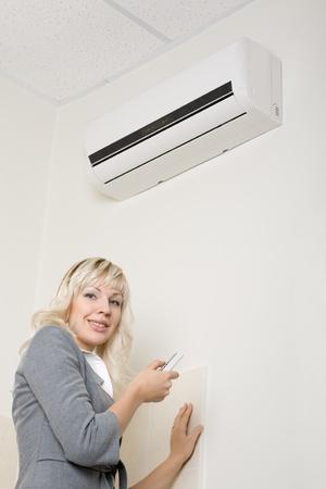 fresh air: Chica atractiva incluye aire conditionier en la Oficina.