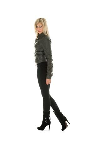 jeans apretados: Hermosa chica en la chaqueta de cuero y pantalones vaqueros. Foto de archivo