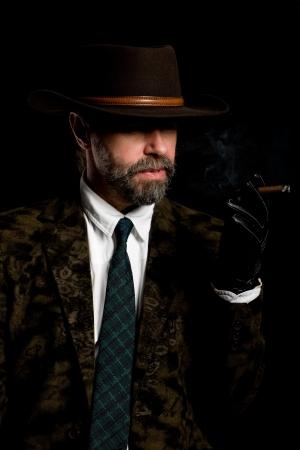 bigote: Elegante hombre edad medio fumando un cigarro. Foto de archivo