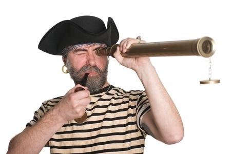 Pirate sieht ein Teleskop und raucht Pfeife.