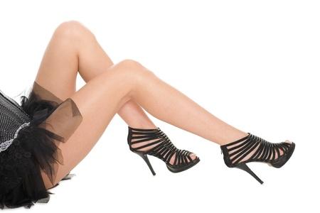 falda corta: Shapely piernas, una chica en sandalias de tac�n alto. Aislado en blanco. Foto de archivo