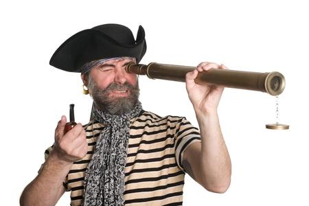 scoundrel: Pirata guarda attraverso un telescopio e fuma la pipa.