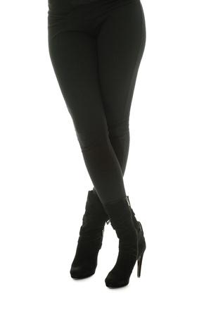 jeans apretados: Piernas bien formadas, una mujer joven en pantalones ajustados y botas de cuero.