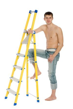 Bel giovane uomo con una scala stand.